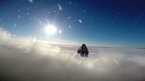 El pequeño explorador polar en el desierto polar interminable se arrastra a la cámara metrajes
