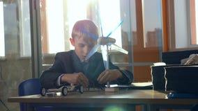 El pequeño genio comprende energía alternativa Concepto de la ciencia de la escuela metrajes