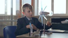 El pequeño genio comprende energía alternativa Concepto de la ciencia de la escuela almacen de metraje de vídeo