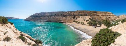 El pequeño golfo aislado de Vathi, en Creta, con la playa arenosa y algunos campistas afortunados fotografía de archivo