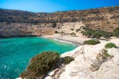 El pequeño golfo aislado de Vathi, en Creta, con la playa arenosa y algunos campistas afortunados imagen de archivo libre de regalías