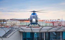 El pequeño helicóptero azul se coloca en el helipuerto flotante Fotos de archivo libres de regalías