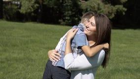 El pequeño hijo corre rápidamente a su madre y la abraza Mama e hijo Cámara lenta metrajes