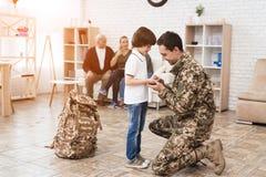 El pequeño hijo dice adiós a su padre, que va al servicio militar Fotografía de archivo libre de regalías