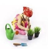 El pequeño jardinero suelta el suelo Fotos de archivo