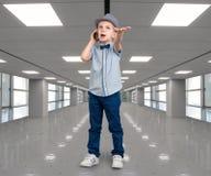 El pequeño jefe habla en su teléfono móvil Conversación emocional Una gran oferta en la alameda fotografía de archivo