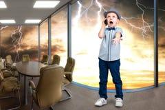 El pequeño jefe habla en su teléfono móvil pequeño director infeliz con las negociaciones fotos de archivo