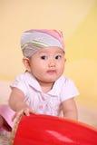 El pequeño jugar del bebé Imagenes de archivo