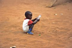El pequeño jugar del niño Imagenes de archivo
