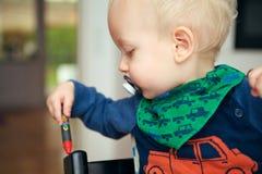 El pequeño jugar infantil rubio Foto de archivo libre de regalías