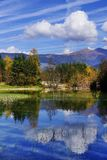 El pequeño lago Dobbiaco de la montaña en Italia fotografía de archivo libre de regalías