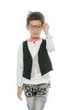El pequeño muchacho asiático está llevando los vidrios, aislados foto de archivo
