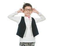 El pequeño muchacho asiático está llevando los vidrios, aislados fotos de archivo