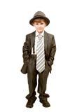 El pequeño muchacho divertido en traje grande Foto de archivo