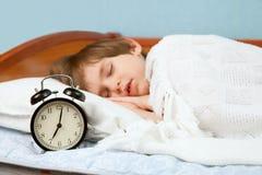 El pequeño muchacho en cama Imagen de archivo