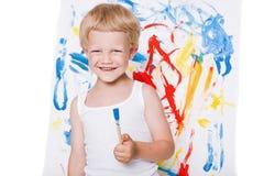 El pequeño muchacho hermoso pinta una imagen Escuela pre-entrenamiento Educación creatividad foto de archivo libre de regalías