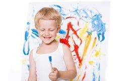 El pequeño muchacho hermoso pinta una imagen Escuela pre-entrenamiento Educación creatividad fotografía de archivo libre de regalías