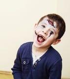 El pequeño muchacho lindo con el facepaint como el esqueleto a celebrar santifica Imágenes de archivo libres de regalías