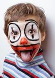 El pequeño muchacho lindo con el facepaint le gusta el payaso Fotografía de archivo libre de regalías