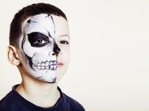 El pequeño muchacho lindo con el facepaint como el esqueleto a celebrar santifica Imagen de archivo