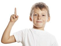 El pequeño muchacho lindo que señalaba en estudio aisló cerca Fotografía de archivo libre de regalías