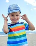 El pequeño muchacho lleva a cabo sus manos sobre los oídos para no oír Fotos de archivo libres de regalías