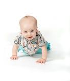 El pequeño muchacho sonriente se arrastra Fotografía de archivo libre de regalías