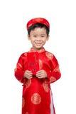 El pequeño muchacho vietnamita que lleva a cabo rojo envuelve para Tet La palabra mea Fotos de archivo
