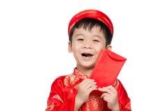 El pequeño muchacho vietnamita que lleva a cabo rojo envuelve para Tet La palabra mea Foto de archivo libre de regalías