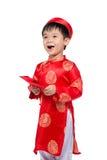 El pequeño muchacho vietnamita que lleva a cabo rojo envuelve para Tet La palabra mea Imagen de archivo