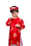 El pequeño muchacho vietnamita que lleva a cabo rojo envuelve para Tet La palabra mea Imágenes de archivo libres de regalías