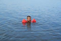 El pequeño nadador Foto de archivo