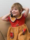 El pequeño niño con el teléfono Foto de archivo