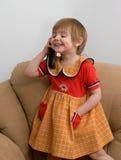 El pequeño niño con el teléfono Imagen de archivo