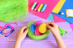 El pequeño niño hace una decoración simple de Pascua Foto de archivo libre de regalías