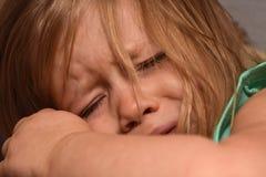 El pequeño niño ofendido es trastornado y griterío Imágenes de archivo libres de regalías