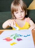 El pequeño niño se ocupa de creatividad Fotografía de archivo