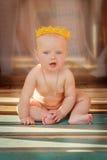 El pequeño niño se sienta Imágenes de archivo libres de regalías
