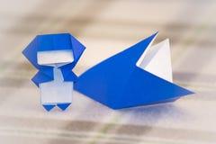 El pequeño Ninja Kid está enseñando a cómo jugar papiroflexia Imagenes de archivo