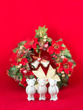 El pequeño oso hermoso del yeso desea Feliz Navidad Imágenes de archivo libres de regalías