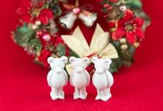 El pequeño oso hermoso del yeso desea Feliz Navidad Fotografía de archivo libre de regalías