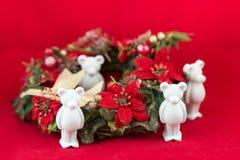 El pequeño oso hermoso del yeso desea Feliz Navidad Foto de archivo
