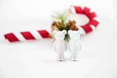 El pequeño oso hermoso del yeso desea Feliz Navidad Imagen de archivo libre de regalías