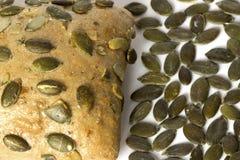 El pequeño pan con las semillas de calabaza se cierra para arriba fotos de archivo