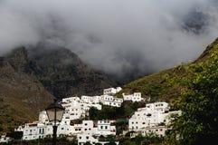 El pequeño pueblo se hunde en las nubes que amenazan Fotografía de archivo libre de regalías