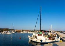 El pequeño puerto en Nikiti, Chalkidiki, Grecia Imágenes de archivo libres de regalías