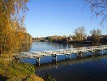 El pequeño río congelado otoño imagen de archivo libre de regalías
