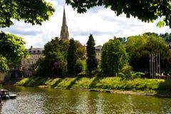 El pequeño río y la iglesia en el baño, Londres Fotos de archivo