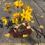 El pequeño ramo de alcachofa de Jerusalén amarilla florece en un fondo de madera Fotos de archivo