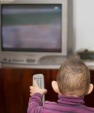 El pequeños niño y TV Imagen de archivo libre de regalías
